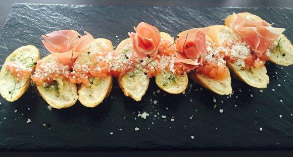 Projekto partnerio nuotr./Česnakinė duona su pomidorų concasse, raudonųjų svogūnų džemu ir vytintu kumpiu