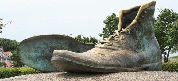 """Stop kadras/ Skulptūra """"Seni batai"""" Kartachenoje, Kolumbijoje"""