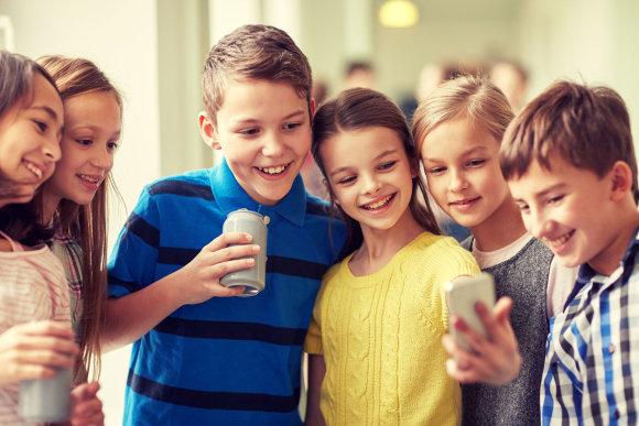 123rf.com nuotr./Vaikai naudojasi išmaniaisiais įrenginiais