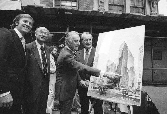"""""""Scanpix""""/AP nuotr./Donaldas Trumpas (kairėje) 1978 m. pristato savo projektą"""