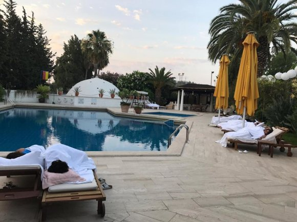 Viešbučio Turkijoje vadybininko nuotr./Viešbučio svečiai miega prie baseino