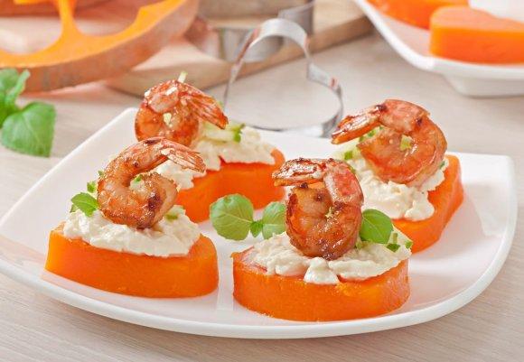 Shutterstock nuotr./Moliūgų širdelės su gruzdintomis krevetėmis