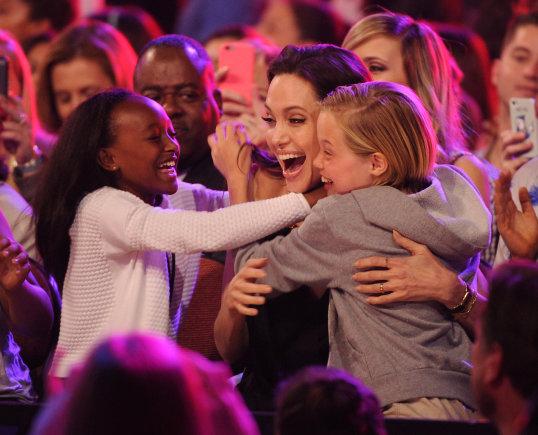 Vida Press nuotr./Angelina Jolie su dukromis Zahara ir Shiloh