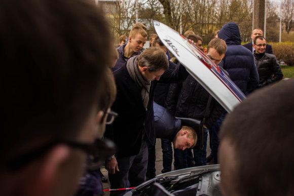 """Emilijos Plaščinskaitės nuotr./Papasakojęs teorinę dalį """"Liqui Moly Racing Team Lithuania"""" inžinierius Saulius Stepulis atsakinėjo ir į praktinius klausimus"""