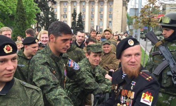 Givis (kairėje) ir Motorola – DNR teroristų lyderiai žvangino ordinais