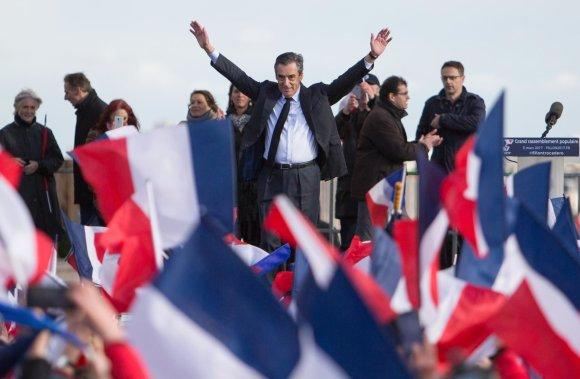 """AFP/""""Scanpix"""" nuotr./F.Fillono palaikymo renginys Paryžiuje"""
