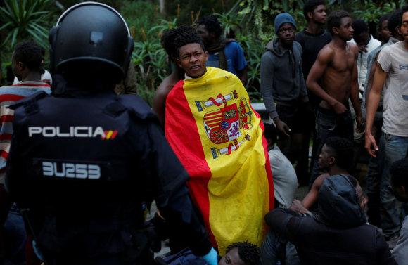 """""""Reuters""""/""""Scanpix"""" nuotr./Iš Maroko į Ispanijos anklavą Šiaurės Afrikoje įsiveržė šimtai migrantų"""