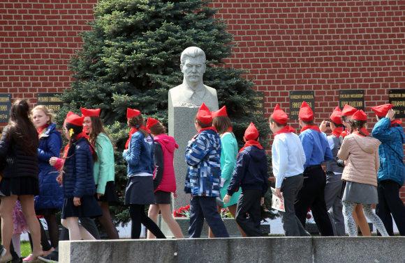 """""""Scanpix"""" nuotr./Mokyklinukai prie J.Stalino biusto Raudonojoje aikštėje"""