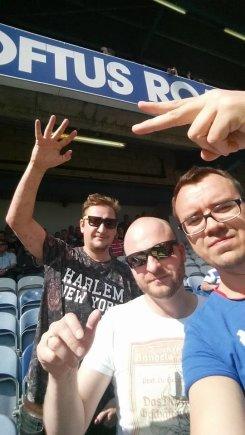 Asmeninio albumo nuotr./Saulius Galdikas (dešinėje) su bičiuliais QPR rungtynėse Londone