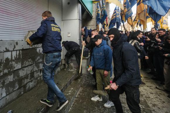 """""""Scanpix""""/""""Sipa USA"""" nuotr./""""Azov"""" aktyvistų taikinys – Rusijos bankas """"Sberbank"""""""