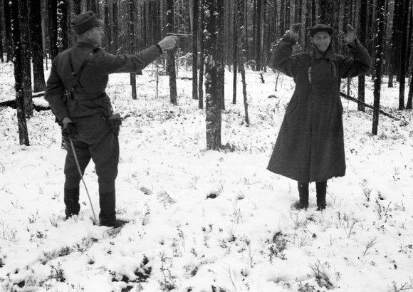 """""""Scanpix"""" nuotr./Suomijos karys ruošiasi nušauti iš jo besijuokiantį sovietų šnipą (1942 metai)."""