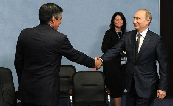 Kremliaus nuotr./Francois Fillonas ir Vladimiras Putinas 2015 metais Sankt Peterburge