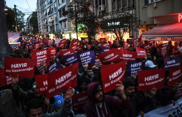"AFP/""Scanpix"" nuotr./Stambule vyko protestai prieš referendumo rezultatus"