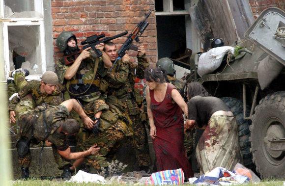 """AFP/""""Scanpix"""" nuotr./Per įkaitų dramą Beslane žuvo daugybė civilių"""