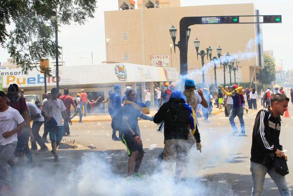 """""""Reuters""""/""""Scanpix"""" nuotr./Venesueloje tęsiasi protestai prieš prezidento N.Maduro režimą"""