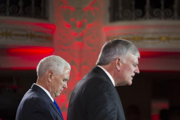 """""""Scanpix""""/AP nuotr./Mike'as Pence'as (kairėje) ir Franklinas Grahamas"""