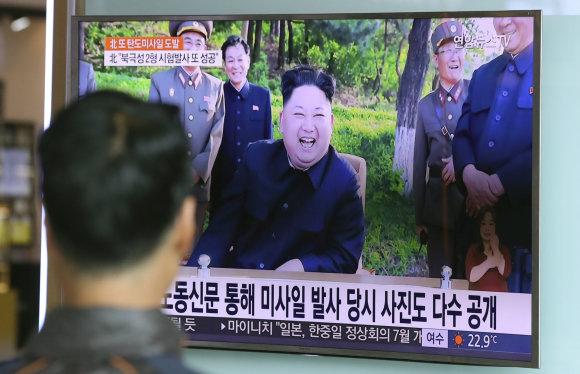 """""""Scanpix""""/AP nuotr./Kim Jong Unas su patarėjais po dar vieno raketos bandymo"""