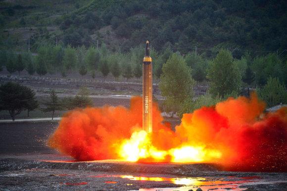 """""""Reuters""""/""""Scanpix"""" nuotr./Raketa """"Hwasong 12"""""""