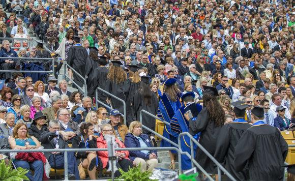 """""""Scanpix""""/AP nuotr./Kelios dešimtys katalikiško Notrdamo universiteto JAV Indianos valstijoje studentų nusprendė nesiklausyti šalies viceprezidento Mike'o Pence'o sveikinimo ir demonstratyviai išėjo iš stadiono"""