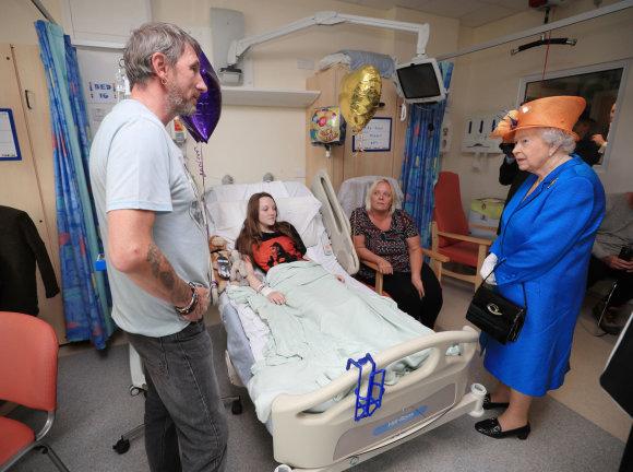 """Scanpix""/""PA Wire""/""Press Association Images"" nuotr./Karalienė Elizabeth II aplankė sužeistus vaikus"