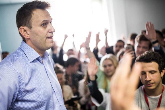 """""""Reuters""""/""""Scanpix"""" nuotr./A.Navalnas šalininkų apsuptyje Tuloje"""