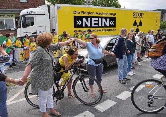 """AFP/""""Scanpix"""" nuotr./Belgijoje, Vokietijoje ir Nyderlanduose protestuota prieš belgų atomines elektrines"""