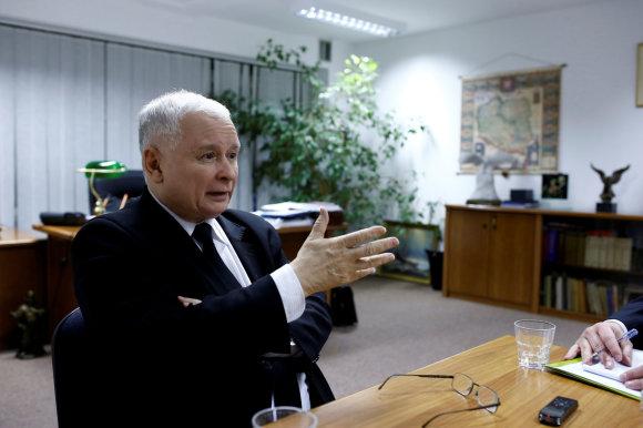 """Reuters""/""Scanpix"" nuotr./Jaroslawas Kaczynskis savo kabinete"