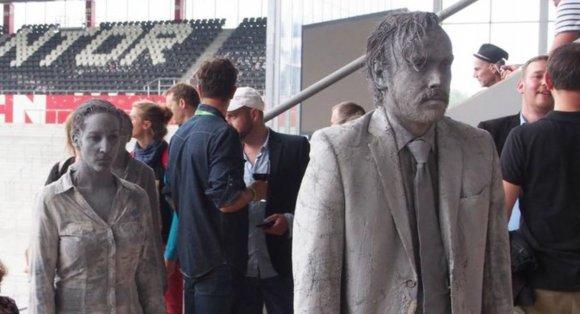 """""""Twitter"""" nuotr./Hamburge šią savaitę vyksta pilkų zombių akcija """"1000 Gestalten"""" (""""1000 figūrų"""")"""
