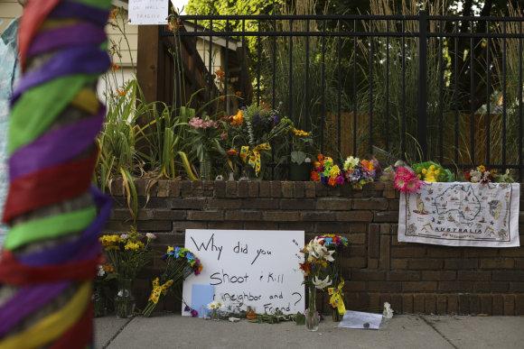 """""""Scanpix""""/AP nuotr./Sekmadienio popietę šalia J.Damond žūties vietos susirinko apie 50 moters draugų ir kaimynų"""