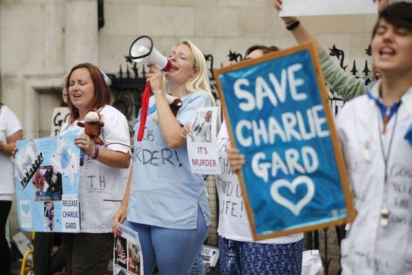 """AFP/""""Scanpix"""" nuotr./Britai protestuoja prieš sprendimą atjungti gyvybės palaikymo aparatus Charlie Gardui"""