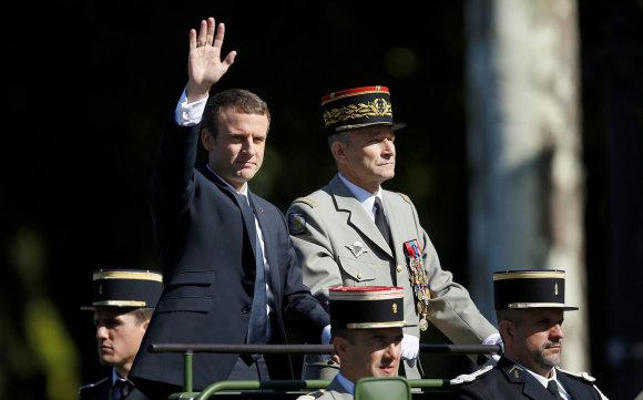 """Reuters""/""Scanpix"" nuotr./E.Macronas ir P.De Villiersas per Bastilijos dienos karinį paradą"