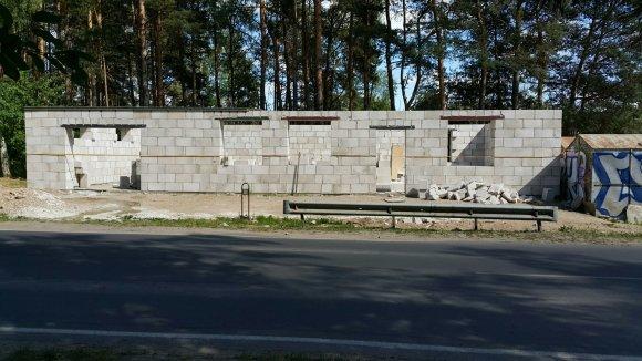 15min skaitytojo nuotr./Balsių gyvenvietėje prie stotelės dygsta nelegalus statinys