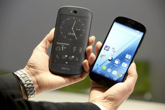 """""""Scanpix""""/AP nuotr./""""Yotaphone 2"""" išmanusis telefonas"""