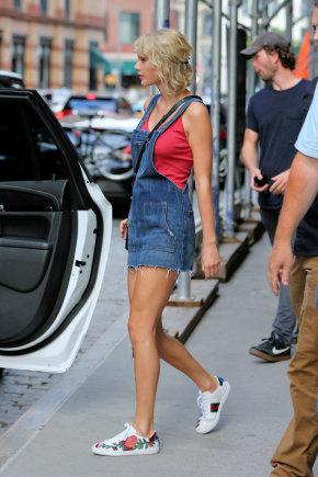 "Vida Press nuotr./Taylor Swift dėvi ""Gucci"" sportinius batelius"