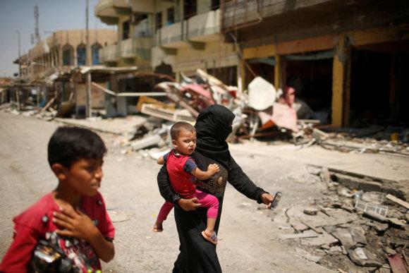 """Reuters""/""Scanpix"" nuotr./Irakiečių šeima sugriautame Mosule"