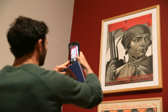 """AFP/""""Scanpix"""" nuotr./Adolfo Strachovo plakatas """"Emancipuota moteris: kurkime socializmą!"""""""