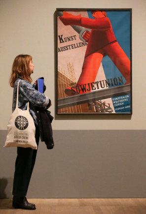 """AFP/""""Scanpix"""" nuotr./Valentinos Kulaginos paveikslas, kuriame vaizduojamas darbininkas"""