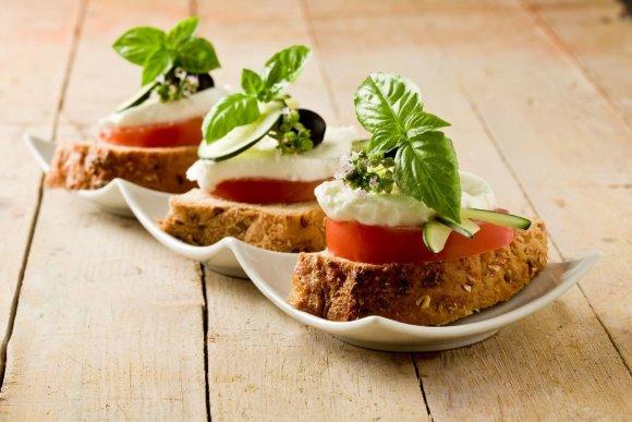 123RF.com nuotr./Sumuštiniai su mocarela ir pomidorais
