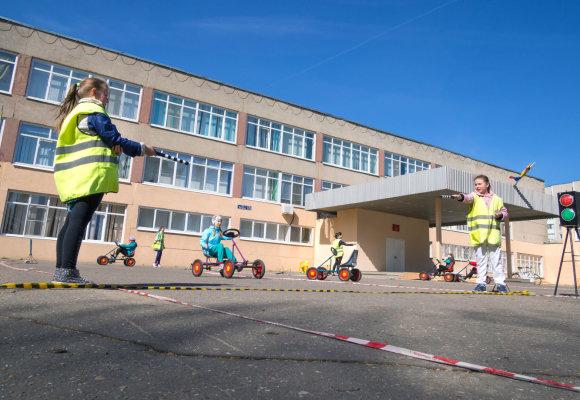 123RF.com nuotr./Vaikai mokosi saugaus eismo šalia mokyklos