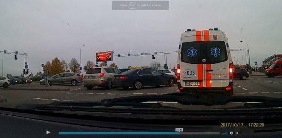 15min nuotr./Nusprendę aplenkti spūstį, vairuotojai įžūliai įlenda į eilės priekį.