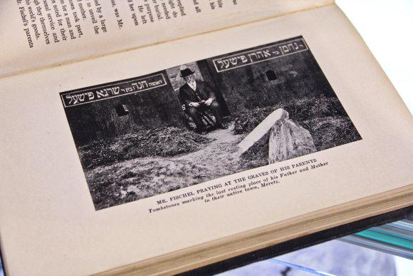 Karolinos Savickytės nuotr./Harry Fischelis sėdi tarp tėvų atminimui skirtų antkapių.