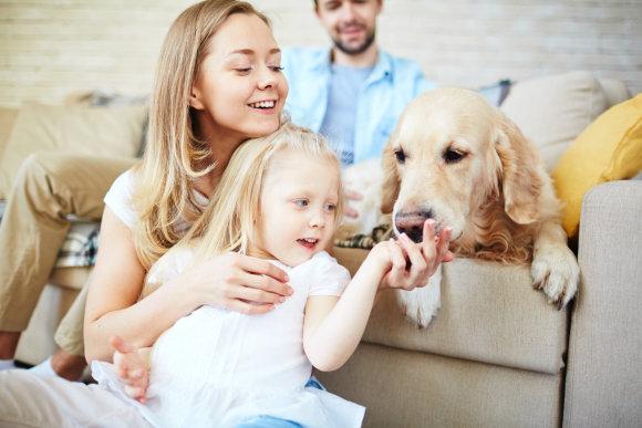Fotolia nuotr./Šeima ir šuo.