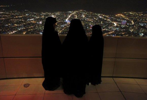 """""""Reuters""""/""""Scanpix"""" nuotr./Iranietės žvelgia į Teherano panoramą"""