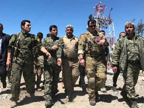 """""""Reuters""""/""""Scanpix"""" nuotr./Sirijos kurdų kariai ir JAV kariškis"""