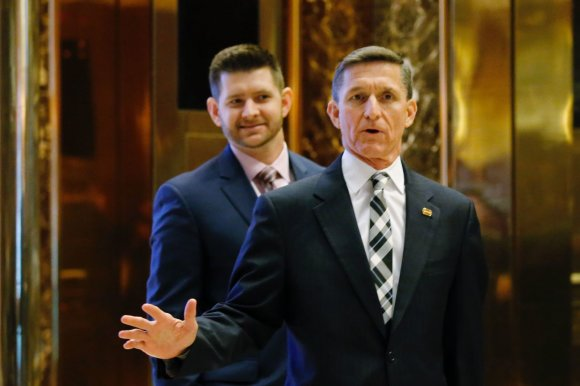 "AFP/""Scanpix"" nuotr./Michaelas Flynnas su sūnumi ""Trump Tower"""