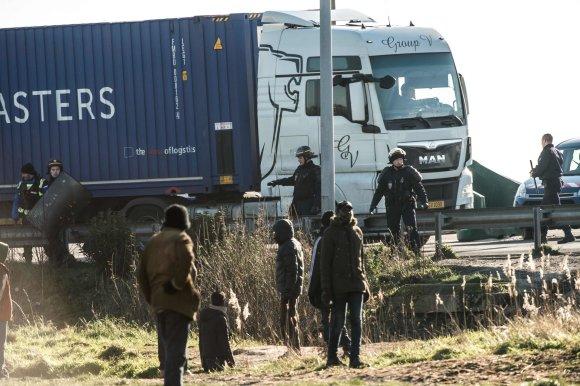 """AFP/""""Scanpix"""" nuotr./Migrantai Kalė pamėgę šokinėti ant sunkvežimių"""