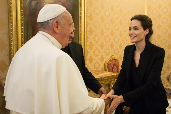 """Reuters""/""Scanpix"" nuotr./Angelina Jolie su popiežiumi Pranciškumi"