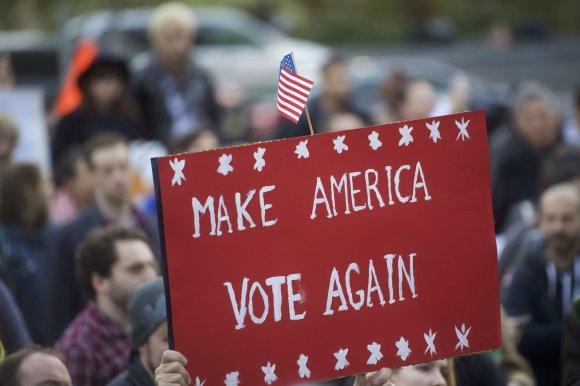 """AFP/""""Scanpix"""" nuotr./Amerikiečiai ragina rinkikus balsuoti prieš D.Trumpą"""