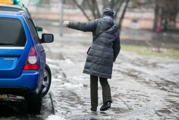 Juliaus Kalinsko / 15min nuotr./Vilniuje ketvirtadienio rytą labai slidu