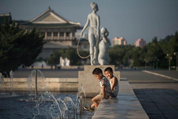 """AFP/""""Scanpix"""" nuotr./Ne visuomet pilka Šiaurės Korėjos gyventojų kasdienybė"""